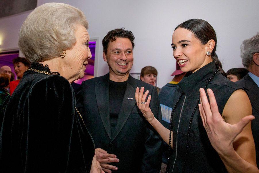 La princesse Beatrix des Pays-Bas avec la danseuse russe Diana Vichneva à La Haye, le 28 janvier 2016