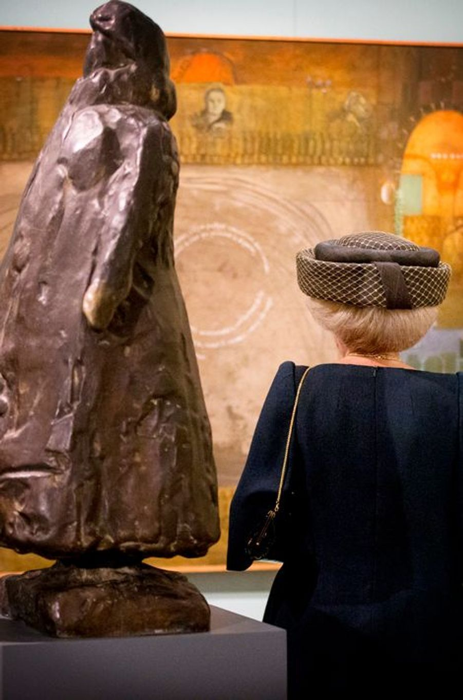 La princesse Beatrix des Pays-Bas avec la statue de l'ancienne reine Wilhelmina à La Haye, le 2 octobre 2015