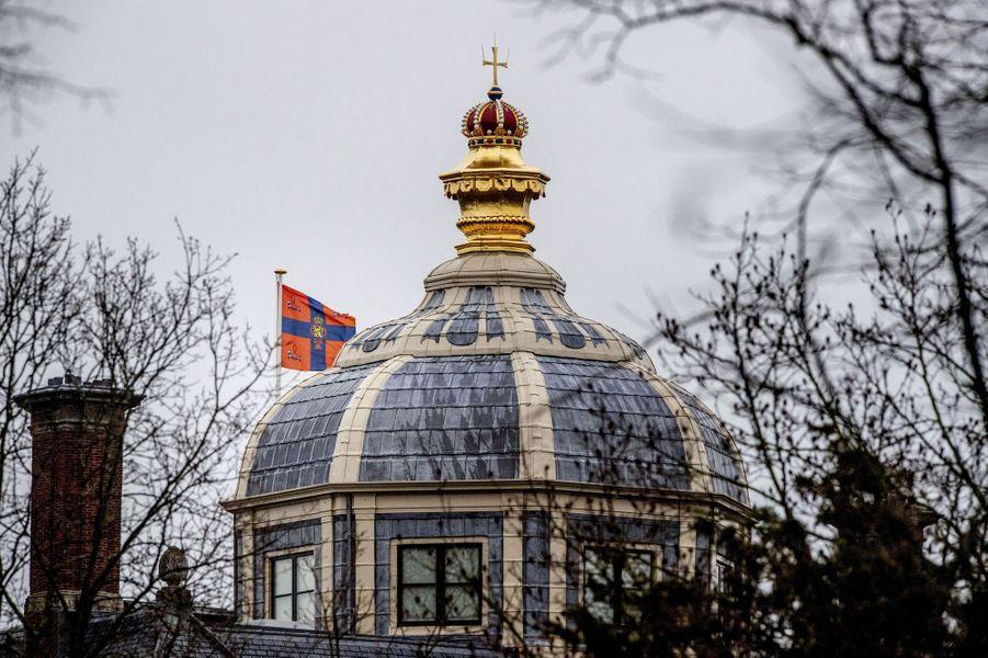 Le drapeau royal flotte sur la Huis ten Bosch à La Haye, le 13 janvier 2019, signe de la présence du souverain
