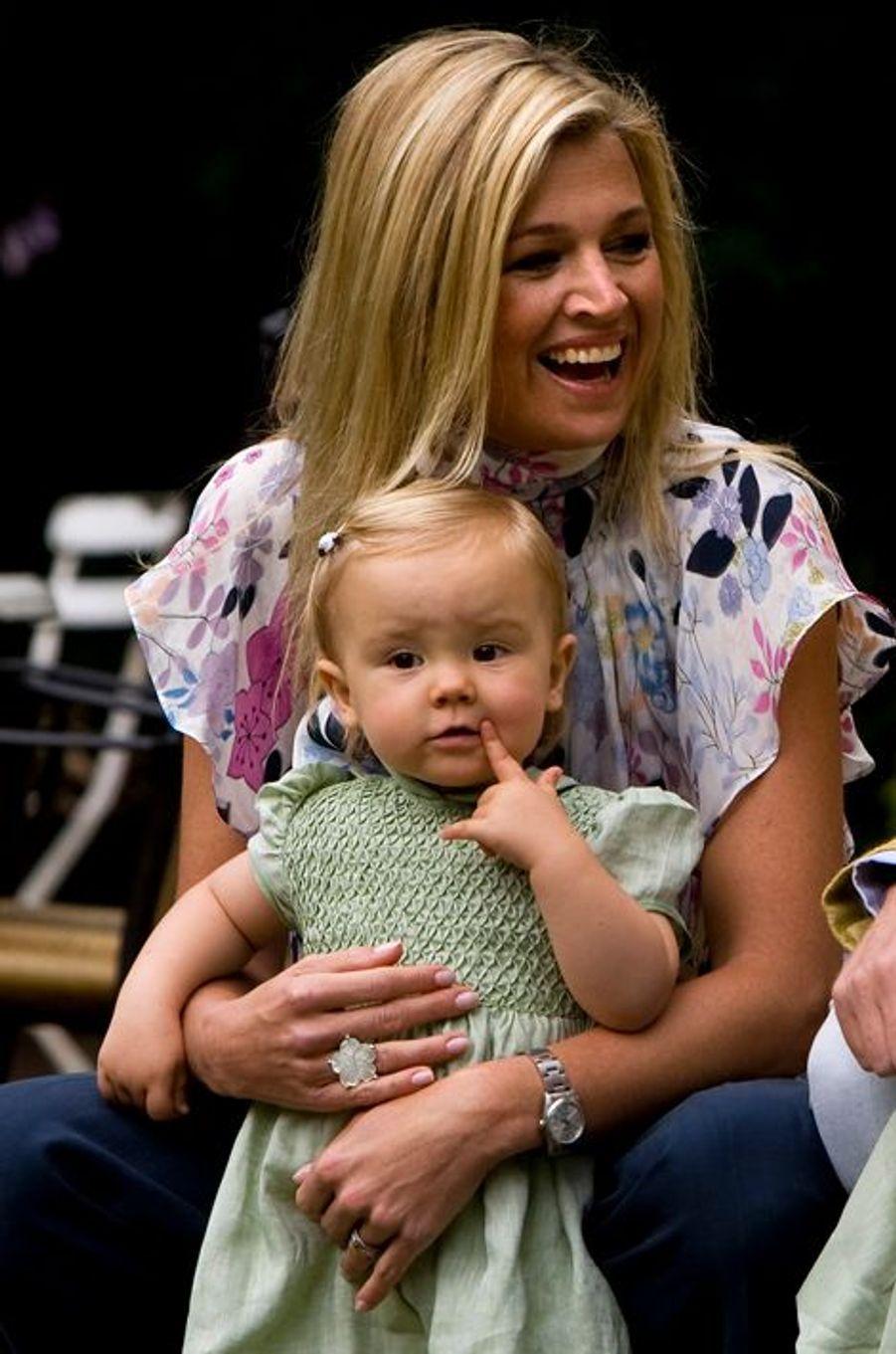La princesse Ariane des Pays-Bas avec sa mère Maxima, le 11 juillet 2008