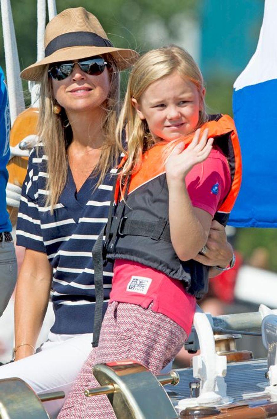 La princesse Ariane des Pays-Bas avec sa mère Maxima, le 22 août 2015