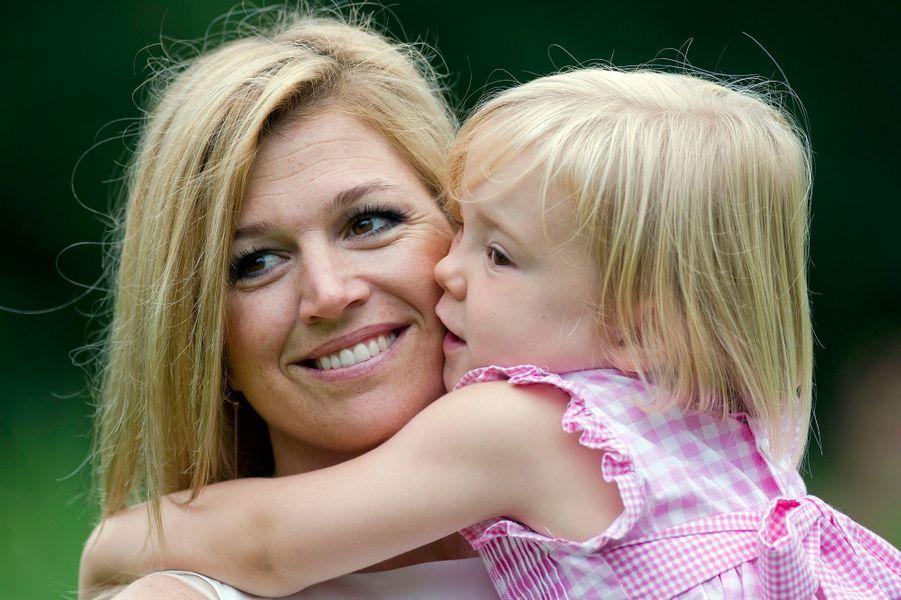 La princesse Ariane des Pays-Bas avec sa mère Maxima, le 5 juillet 2010
