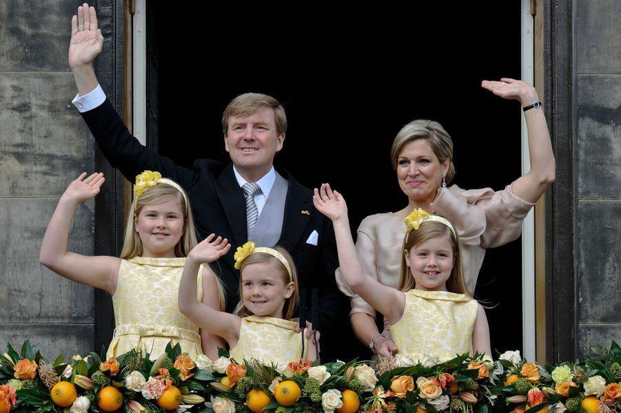 La princesse Ariane des Pays-Bas avec ses parents et ses soeurs aînées, le 30 avril 2013