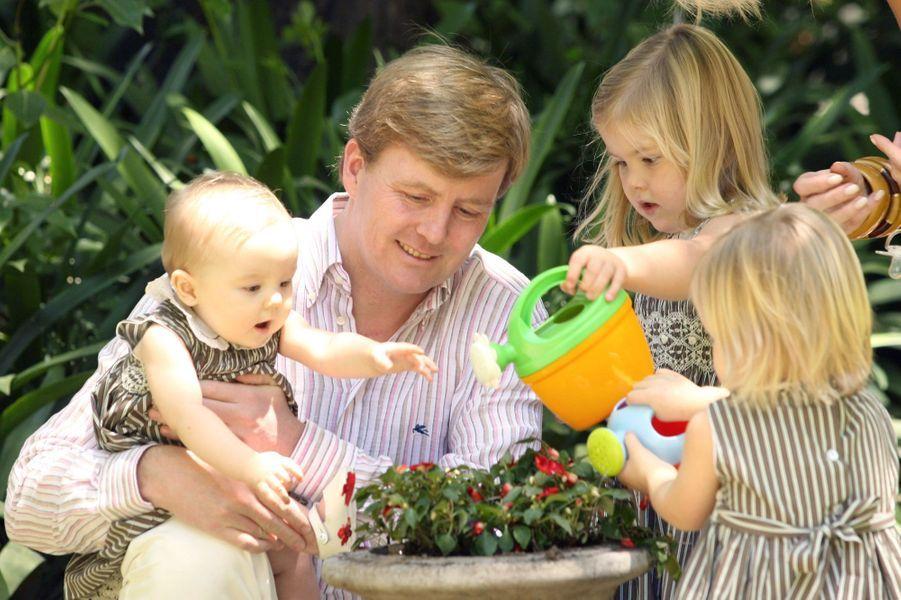 La princesse Ariane des Pays-Bas avec son père Willem-Alexander et ses soeurs aînées, le 22 décembre 2007