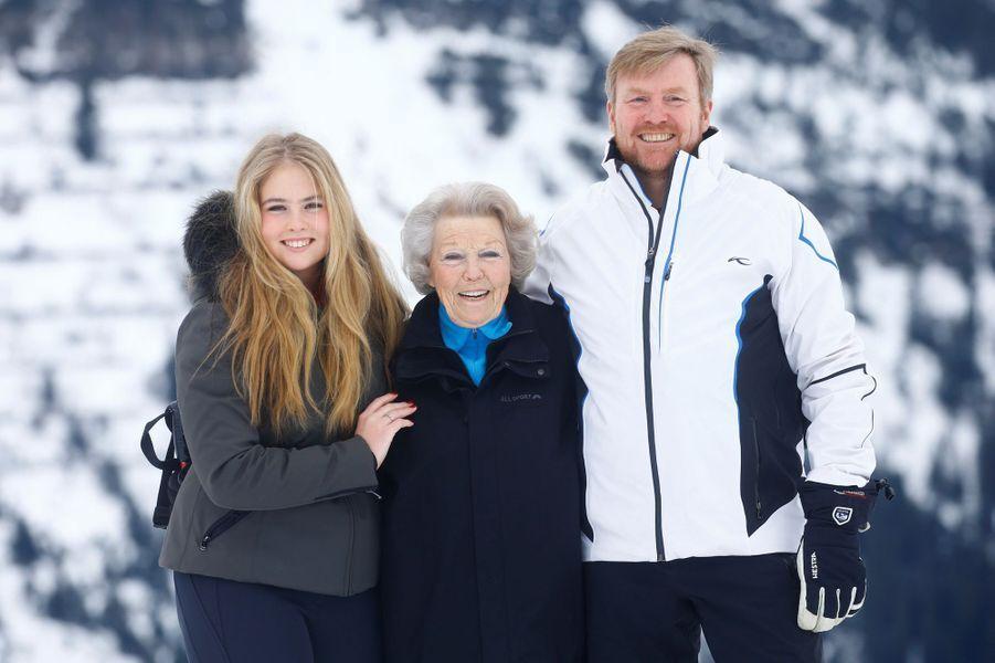 La princesse Catharina-Amalia des Pays-Bas avec sa grand-mère l'ex-reine Beatrix et son père le roi Willem-Alexander à Lech en Autriche, le 25 février 2019