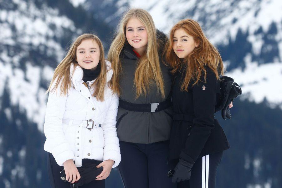 La princesse Catharina-Amalia des Pays-Bas encadrée de ses soeurs les princesses Ariane et Alexia à Lech en Autriche, le 25 février 2019