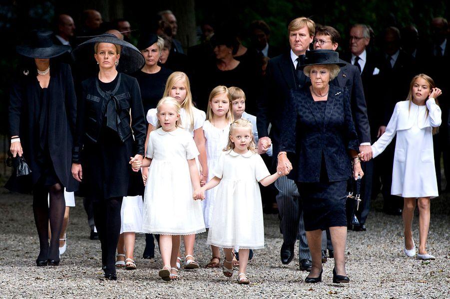 La princesse Mabel d'Orange-Nassau avec ses filles et la famille royale des Pays-Bas aux obsèques du prince Friso, le 16 août 2013