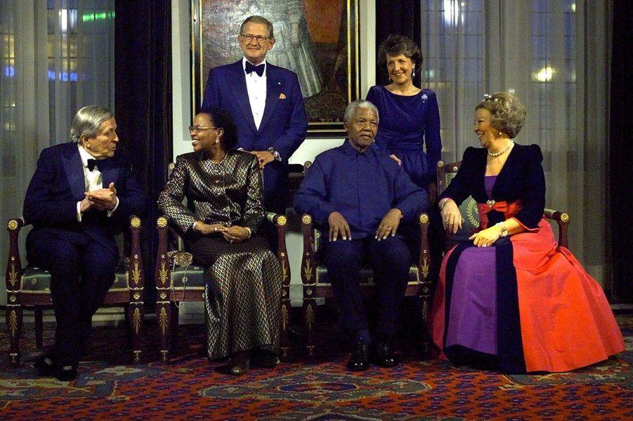 La princesse Margriet des Pays-Bas avec la reine Beatrix, leurs maris, Nelson Mandela et sa femme, le 11 avril 2000