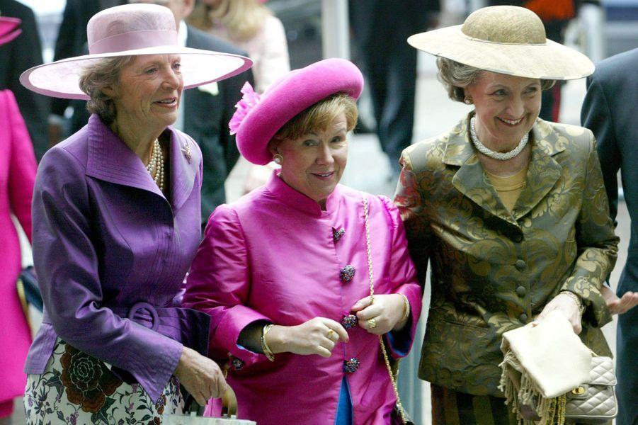 La princesse Margriet des Pays-Bas (à droite) avec ses soeurs les princesses Irene et Christiana, le 24 avril 2004