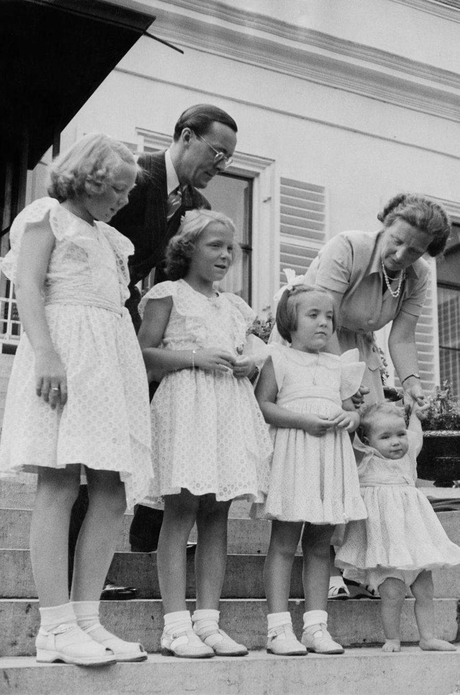 La princesse Margriet des Pays-Bas avec ses parents et ses trois soeurs, le 5 août 1948