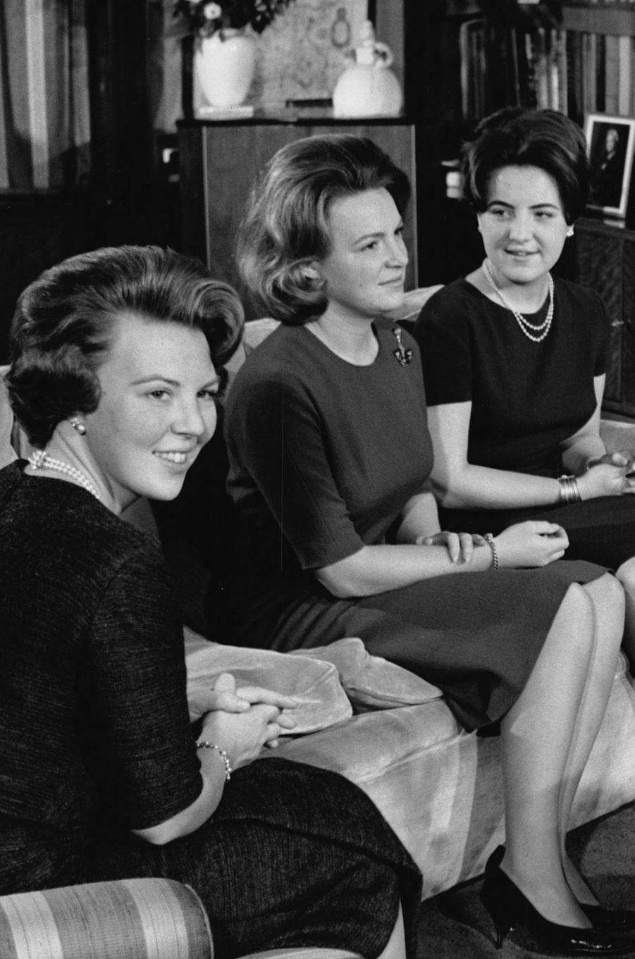 La princesse Margriet des Pays-Bas (à droite) avec les princesses Beatrix et Irene, photo non datée