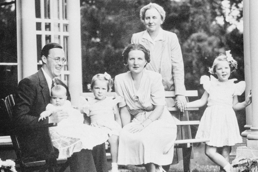 La princesse Margriet des Pays-Bas (sur les genoux de son père) avec ses parents, ses deux soeurs aînées et sa grand-mère la reine Wilhelmine, le 31 août 1943
