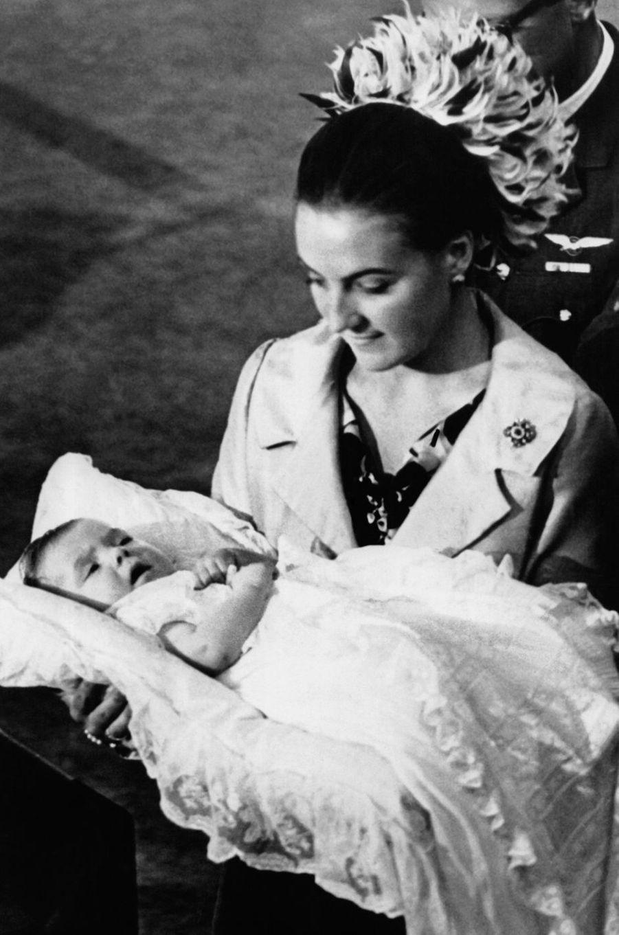 La princesse Margriet des Pays-Bas avec son quatrième fils, le prince Floris, le 17 octobre 1975