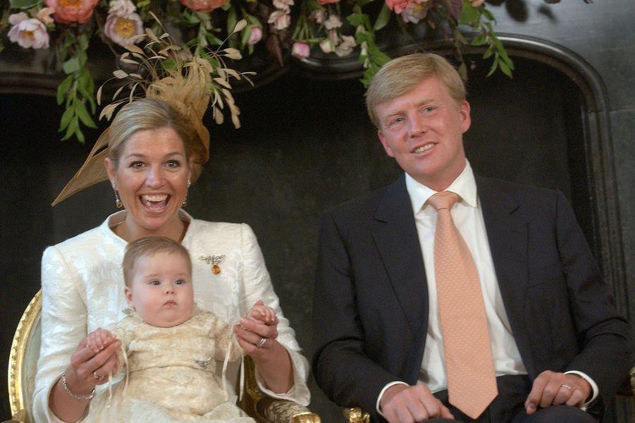 La princesse Maxima des Pays-Bas avec le prince Willem-Alexander et la princesse Catharina-Amalia, le 12 juin 2004