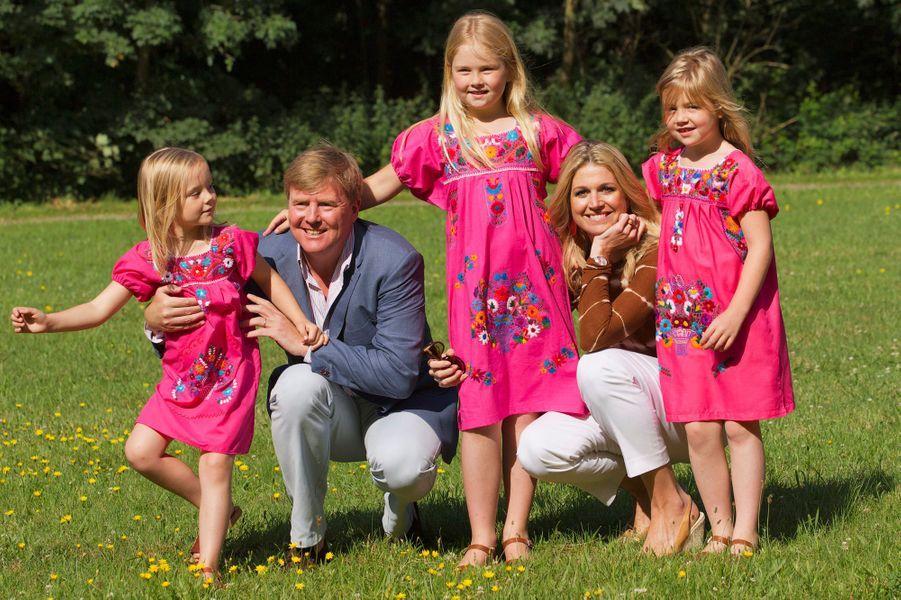 La princesse Maxima des Pays-Bas avec le prince Willem-Alexander et leurs filles, le 7 juillet 2012