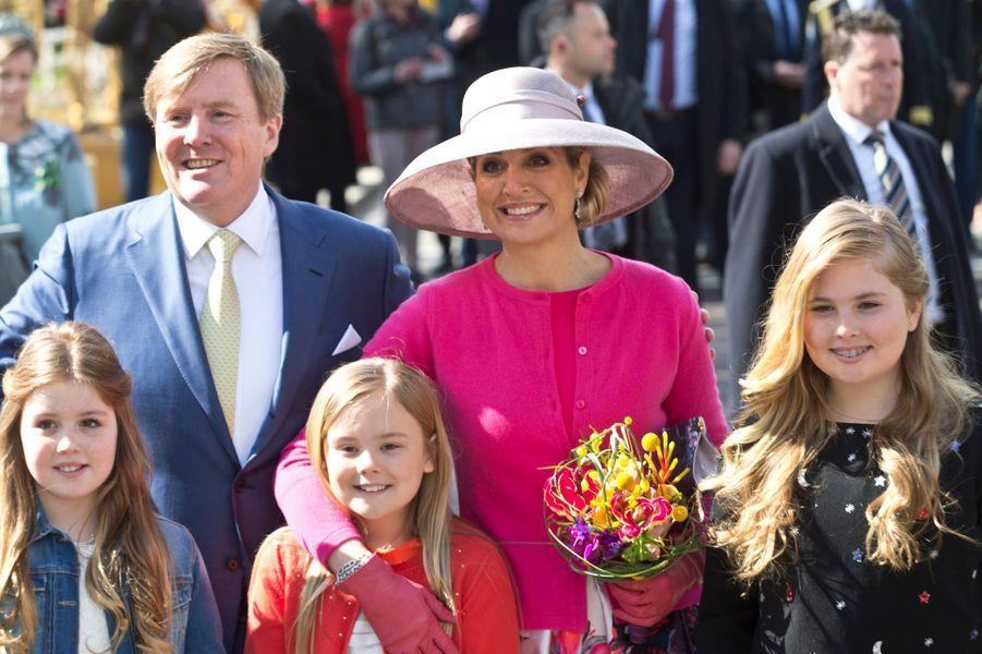 La reine Maxima des Pays-Bas avec le roi Willem-Alexander et leurs filles, le 27 avril 2016