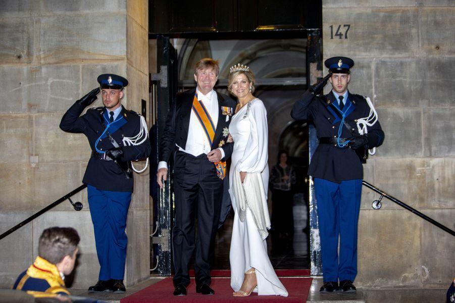La reine Maxima et le roi Willem-Alexander des Pays-Bas sortent du Palais royal à Amsterdam, le 9 avril 2019