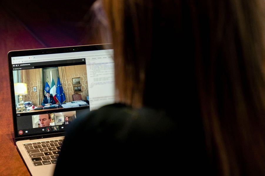 La reine Maxima des Pays-Bas en conversation virtuelle avec le Premier ministre italien Giuseppe Conte à La Haye, le 30 novembre 2020