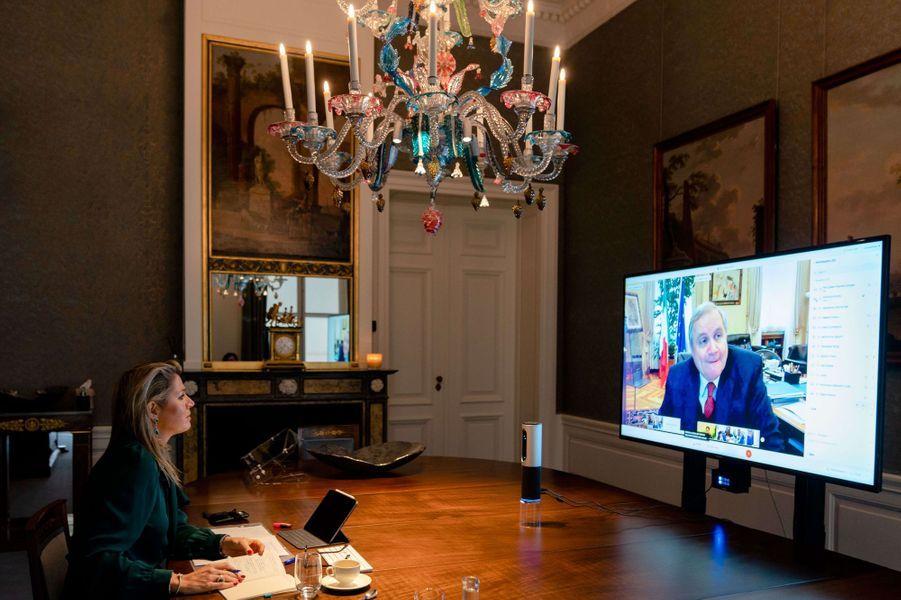 La reine Maxima des Pays-Bas en visioconférence avec le gouverneur de la Banque centrale d'Italie, à La Haye le 30 novembre 2020