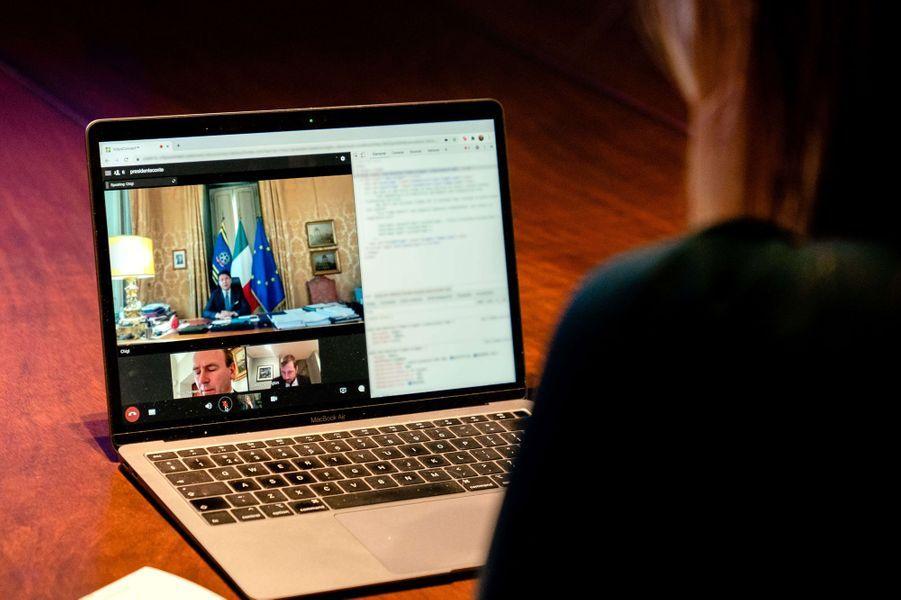 La reine Maxima des Pays-Bas en conversation virtuelle avec Giuseppe Conte à La Haye, le 30 novembre 2020