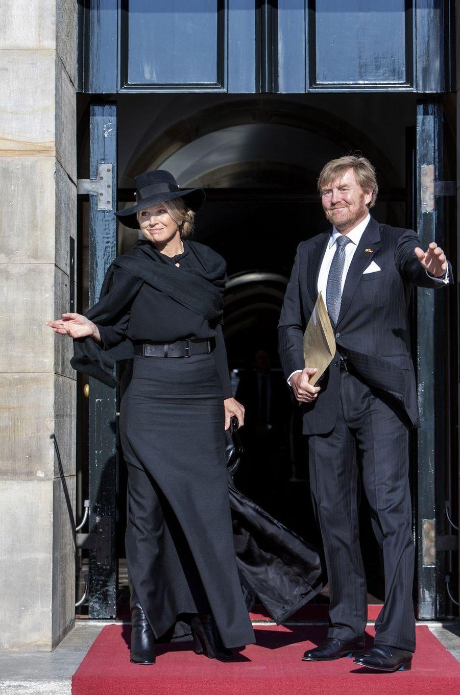 La reine Maxima et le roi Willem-Alexander des Pays-Bas à leur arrivée au Palais royal à Amsterdam, le 4 mai 2020