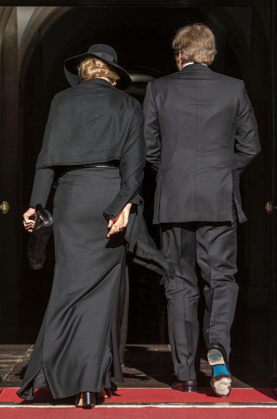 La reine Maxima et le roi Willem-Alexander des Pays-Bas entrent au Palais royal à Amsterdam, le 4 mai 2020