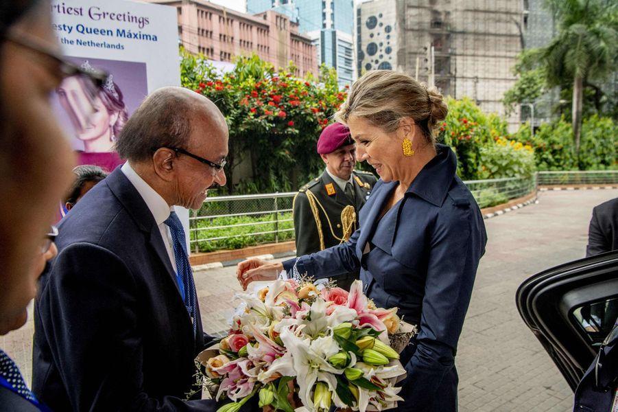 La reine Maxima des Pays-Bas accueillie par le gouverneur de la banque centrale à Dhaka au Bangladesh, le 11 juillet 2019