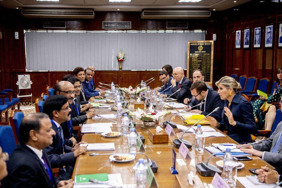 La reine Maxima des Pays-Bas à une table ronde avec le gouverneur de la banque centrale à Dhaka au Bangladesh, le 11 juillet 2019