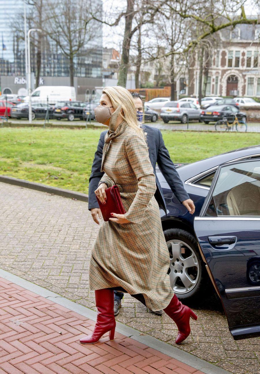 La reine Maxima des Pays-Bas dans une robe Natan à Nimègue, le 1er décembre 2020