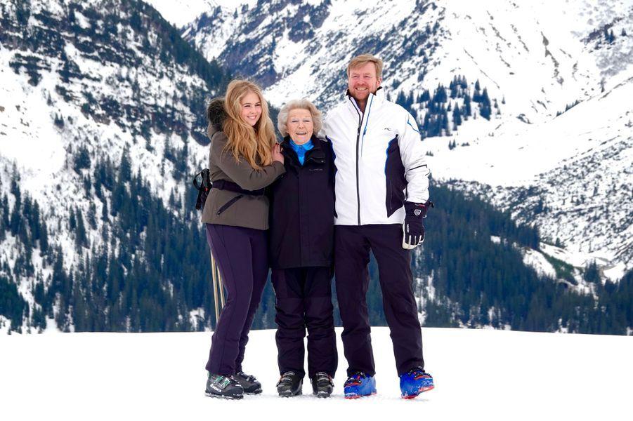 Le roi Willem-Alexander des Pays-Bas avec sa mère l'ex-reine Beatrix et sa fille aînée la princesse héritière Catharina-Amalia à Lech, le 25 février 2020
