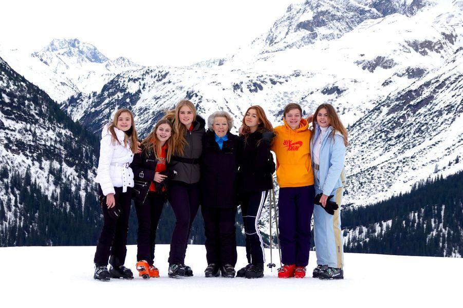 L'ex-reine Beatrix des Pays-Bas avec six de ses huit petits-enfants à Lech, le 25 février 2020