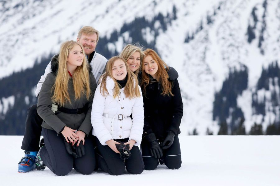 La reine Maxima et le roi Willem-Alexander des Pays-Bas avec leurs filles à Lech, le 25 février 2020