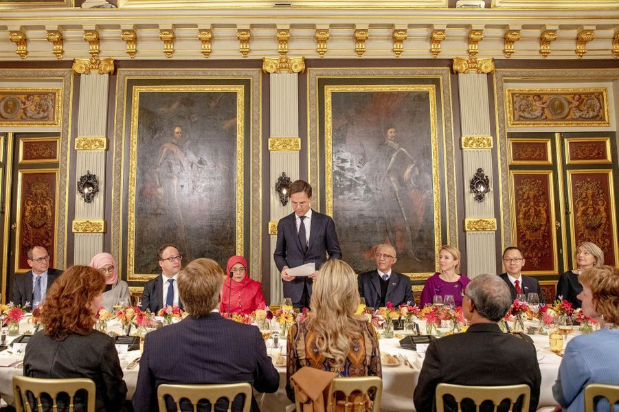 La reine Maxima et le roi Willem-Alexander des Pays-Bas, de dos, à La Haye, le 22 novembre 2018