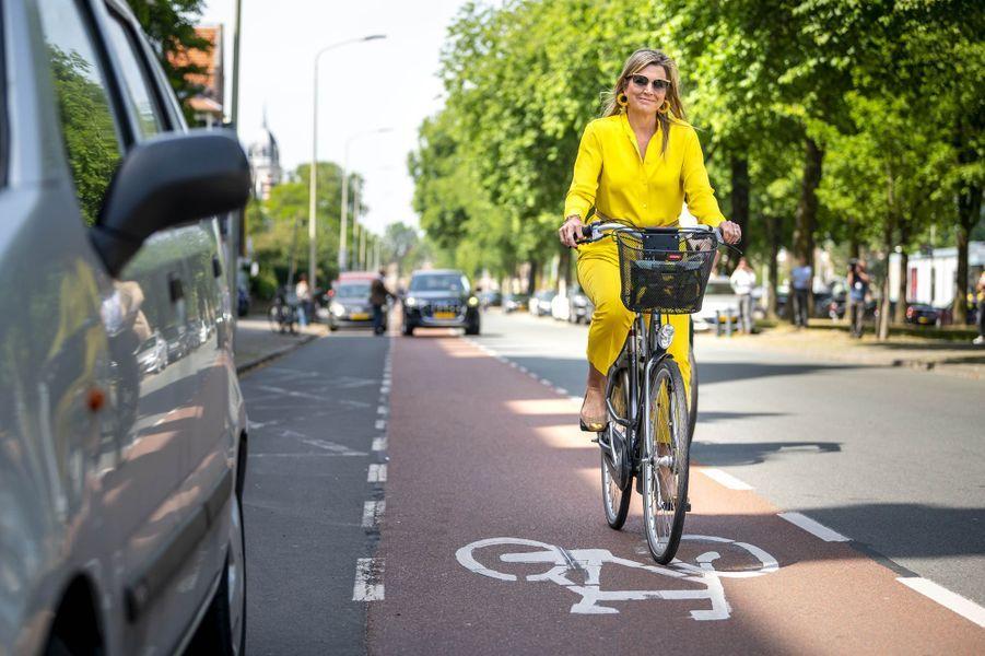 La reine Maxima des Pays-Bas à vélo dans les rues de La Haye, le 2 juin 2020