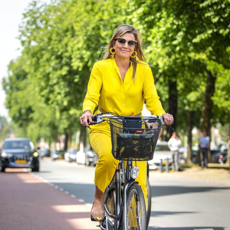 La reine Maxima des Pays-Bas va à son engagement à vélo à La Haye, le 2 juin 2020