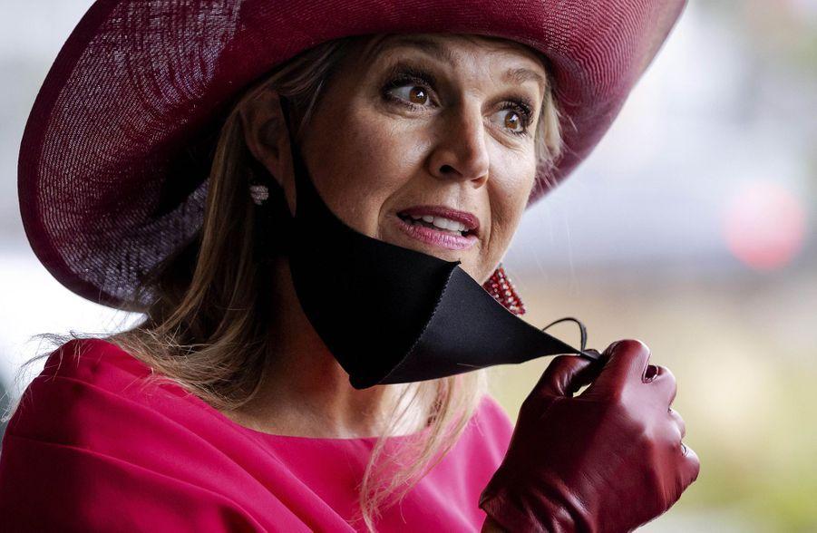La reine Maxima des Pays-Bas retire son masque à La Haye, le 1er octobre 2020