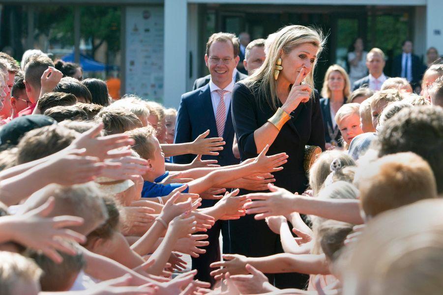 La reine Maxima des Pays-Bas avec des écoliers à Zevenaar, le 27 juin 2018
