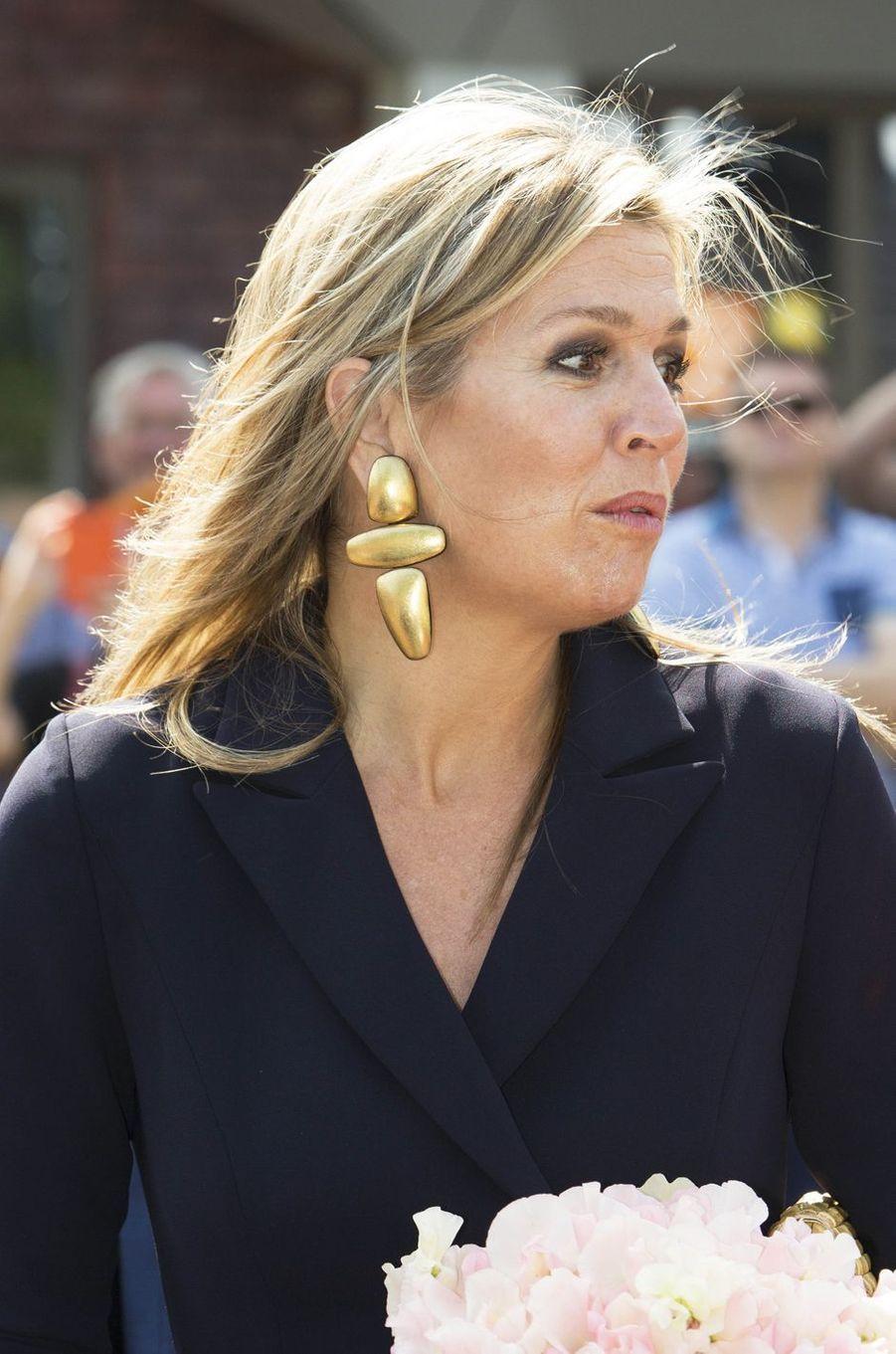 Les boucles d'oreille de la reine Maxima des Pays-Bas à Zevenaar, le 27 juin 2018