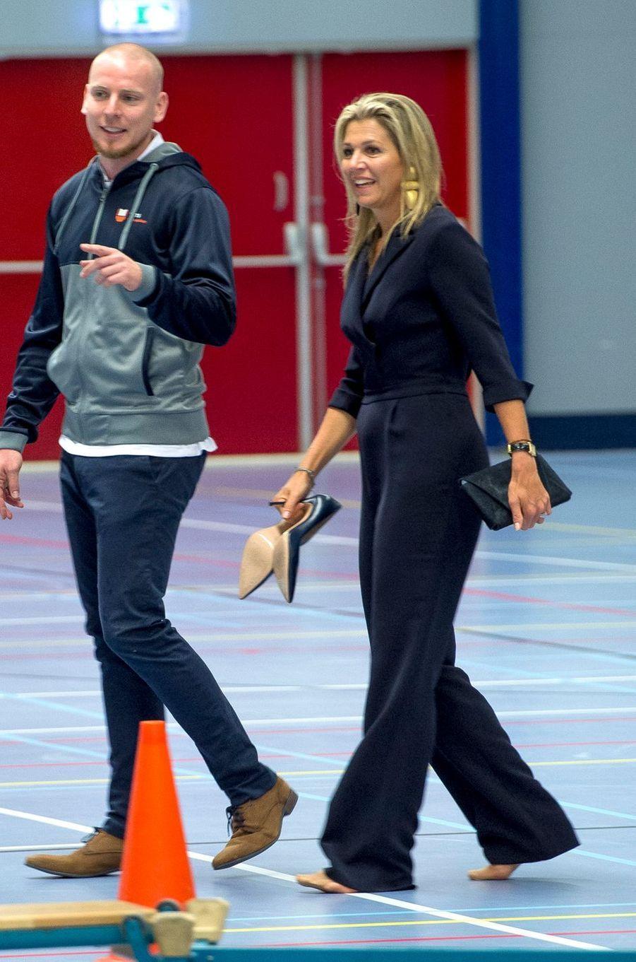 La reine Maxima des Pays-Bas a retiré ses chaussures à Schiedam, le 13 septembre 2018
