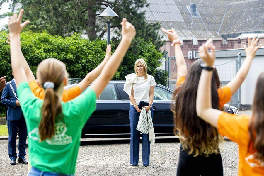 La reine Maxima des Pays-Bas avec des écoliers dans le village de Puttershoek, le 16 juin 2020