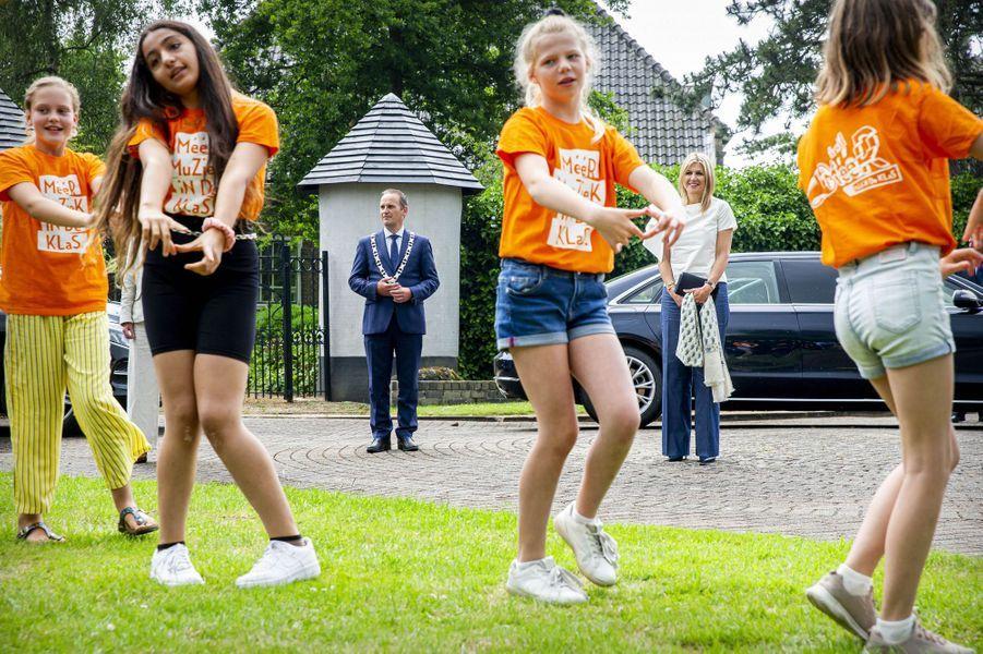 La reine Maxima des Pays-Bas avec des écoliers, le 16 juin 2020 à Puttershoek
