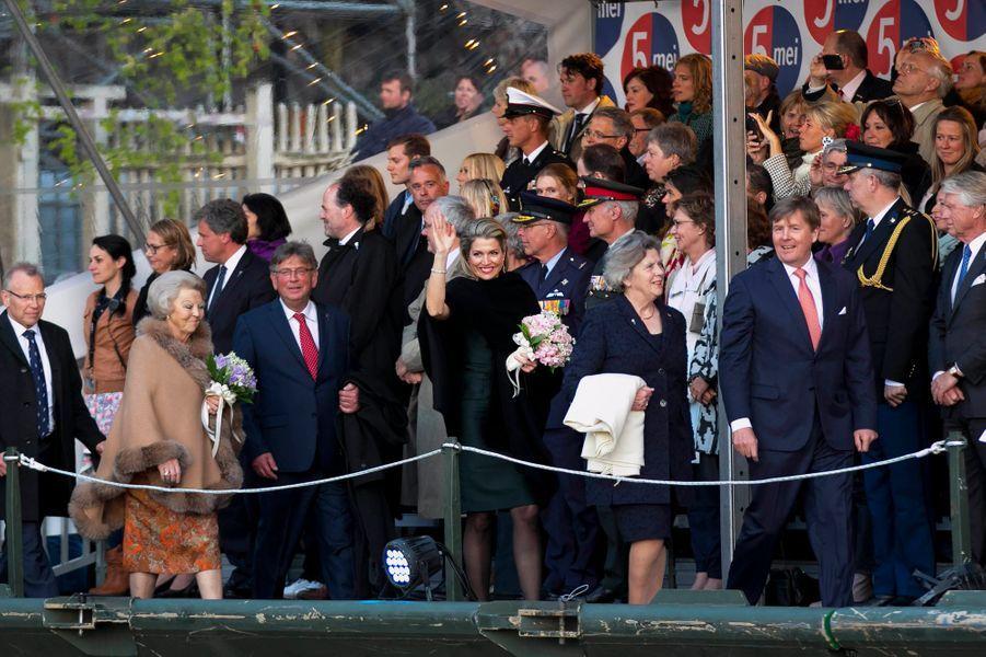 La princesse Beatrix, la reine Maxima et le roi Willem-Alexander des Pays-Bas à Amsterdam, le 5 mai 2015