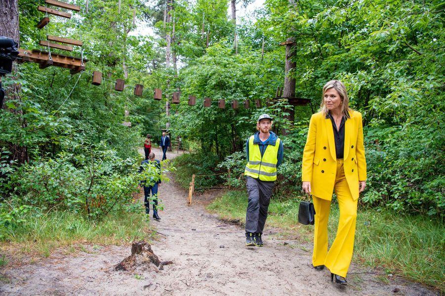La reine Maxima des Pays-Bas, dans son tailleur jaune Zara, à Westenschouwen le 8 juillet 2020
