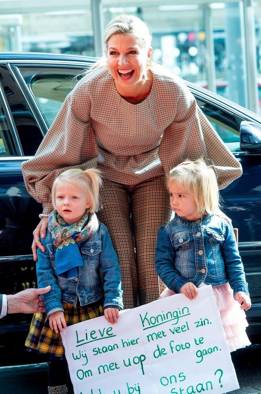La reine Maxima des Pays-Bas accueillie par des fillettes à Amersfoort, le 3 octobre 2019