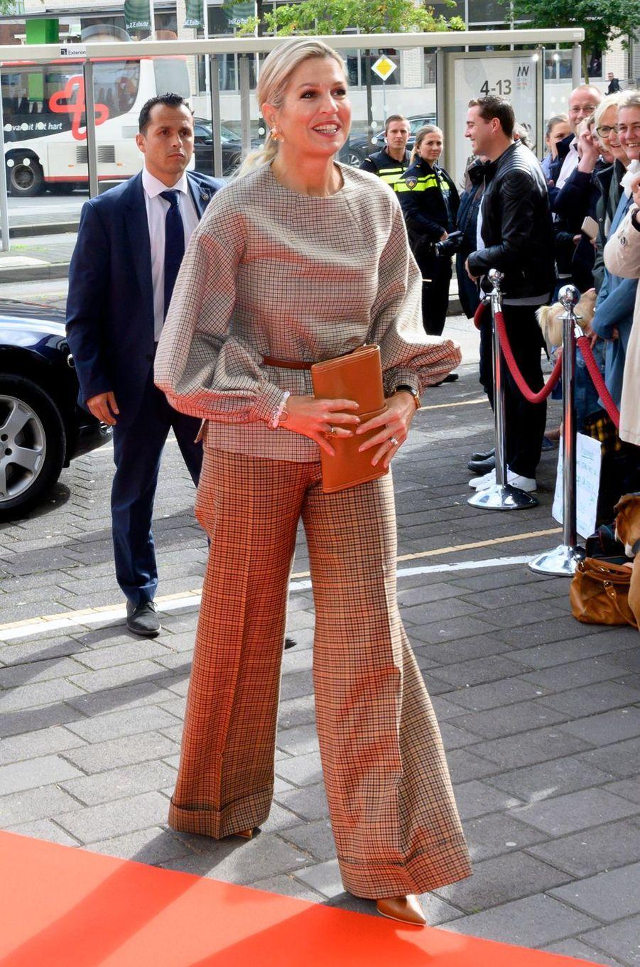 La reine Maxima des Pays-Bas, très tendance, mixe les carreaux à Amersfoort, le 3 octobre 2019