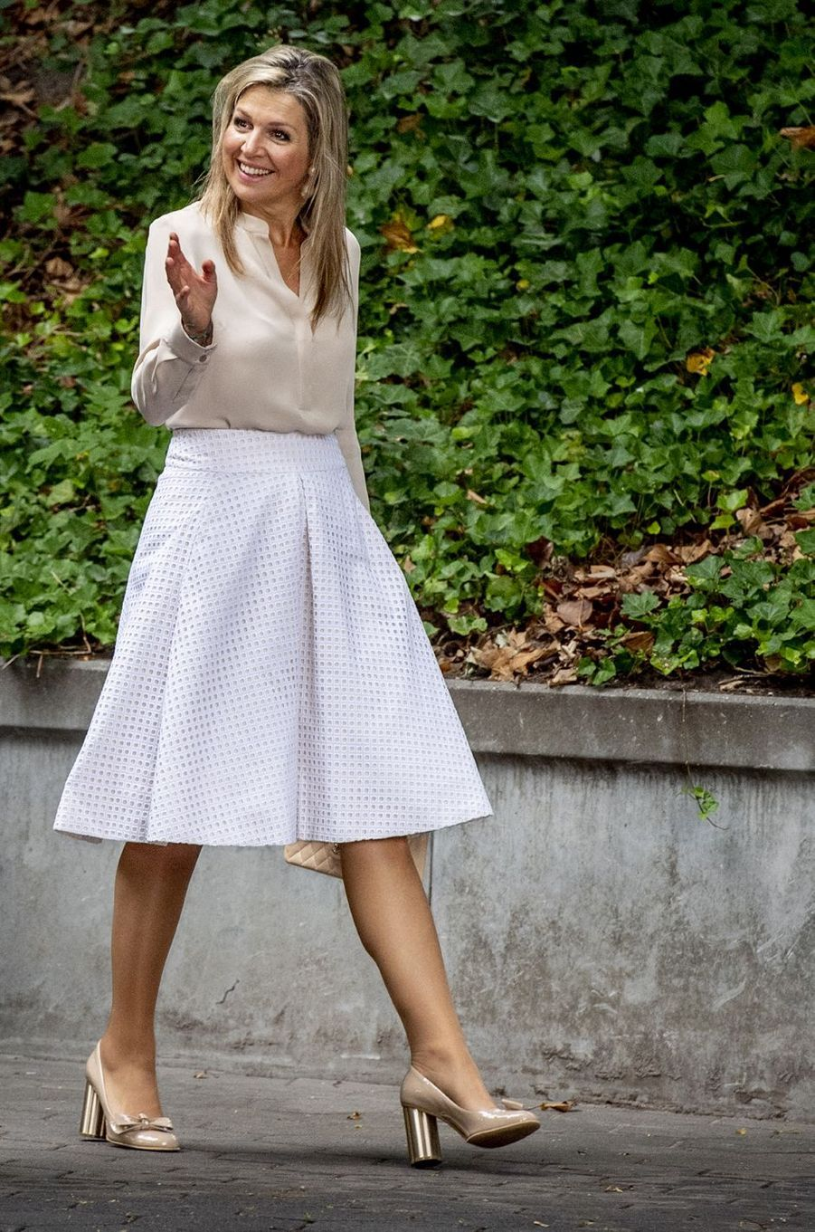 La reine Maxima des Pays-Bas en blanc et crème à Voorburg, le 10 juillet 2018