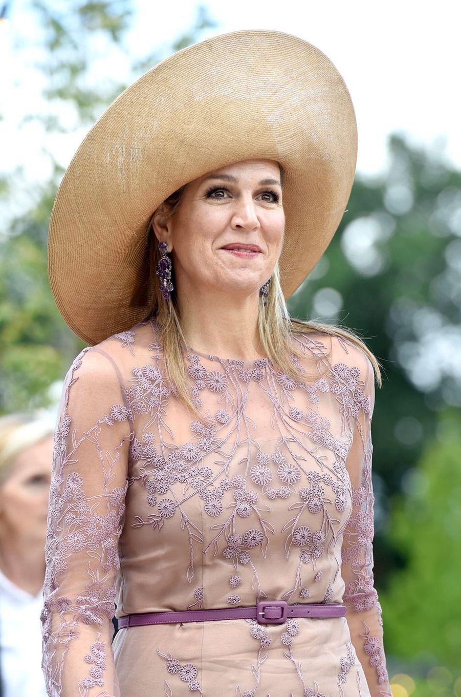 La reine Maxima des Pays-Bas coiffée d'une grande capeline à Enschede, le 21 juin 2018