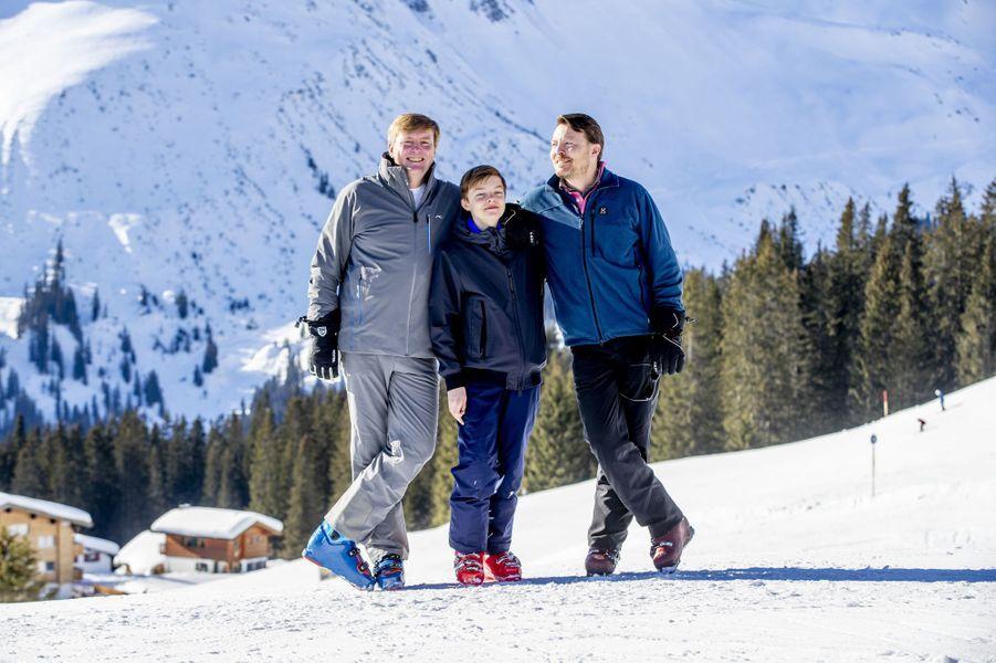 Le roi Willem-Alexander des Pays-Bas avec le prince Constantijn et son fils le comte Claus Casimir à Lech, le 25 février 2019