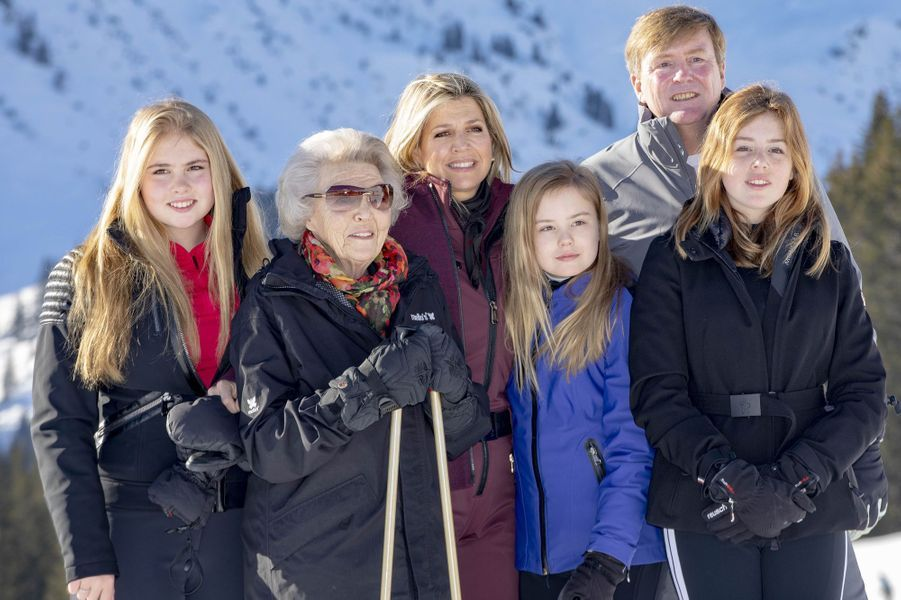 La reine Maxima et le roi Willem-Alexander des Pays-Bas avec leurs filles et l'ex-reine Beatrix à Lech, le 25 février 2019