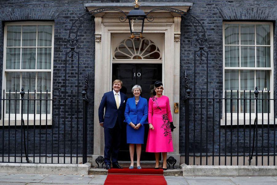 La reine Maxima et le roi Willem-Alexander des Pays-Bas avec la Première ministre Theresa May à Londres, le 24 octobre 2018